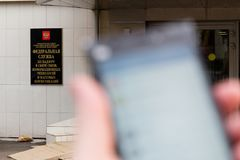 ΜΟΣΧΑ, ΡΩΣΙΑ - 30 ΑΠΡΙΛΊΟΥ 2018: Smartphone με το τηλεγράφημα app υπό εξέταση στο υπόβαθρο του κτηρίου Roskomnadzor Στοκ Εικόνες