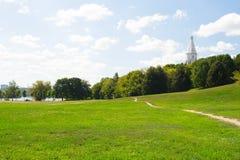 ΜΟΣΧΑ, ΡΩΣΙΑ - 23 ΑΥΓΟΎΣΤΟΥ 2015: ευρύχωρο ξέφωτο στο πάρκο Kolomenskoe Στοκ εικόνα με δικαίωμα ελεύθερης χρήσης