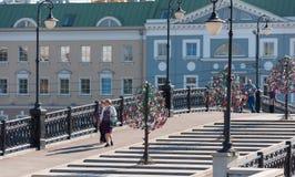 ΜΟΣΧΑ, ΡΩΣΙΑ - 21 09 2015 Για τους πεζούς γέφυρα Luzhkov, θέση των μαζικών περιπάτων Στοκ εικόνα με δικαίωμα ελεύθερης χρήσης