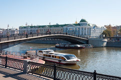 ΜΟΣΧΑ, ΡΩΣΙΑ - 21 09 2015 Για τους πεζούς γέφυρα Luzhkov, θέση των μαζικών περιπάτων Στοκ φωτογραφίες με δικαίωμα ελεύθερης χρήσης