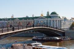 ΜΟΣΧΑ, ΡΩΣΙΑ - 21 09 2015 Για τους πεζούς γέφυρα Luzhkov, θέση των μαζικών περιπάτων Στοκ φωτογραφία με δικαίωμα ελεύθερης χρήσης