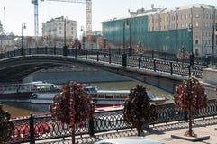 ΜΟΣΧΑ, ΡΩΣΙΑ - 21 09 2015 Για τους πεζούς γέφυρα Luzhkov, θέση των μαζικών περιπάτων Στοκ εικόνες με δικαίωμα ελεύθερης χρήσης