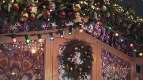 ΜΟΣΧΑ, ΡΩΣΙΑ - 6 ΔΕΚΕΜΒΡΊΟΥ: Άσπρη πόρτα με τον άσπρο φράκτη στην έκθεση Χριστουγέννων στη Μόσχα που χρωματίζεται υπέροχα απόθεμα βίντεο