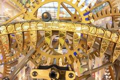 ΜΟΣΧΑ, ΡΩΣΙΑ - 1 ΔΕΚΕΜΒΡΊΟΥ 2018: Μεγάλο ρολόι τοίχων steampunk στο κατάστημα των κεντρικών παιδιών Εργαλείο Steampunk, μηχανικές στοκ εικόνες