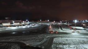 ΜΟΣΧΑ, ΡΩΣΙΑ - 25 Δεκεμβρίου 2017: Πανοραμική άποψη νύχτας του τελικού Α του διεθνούς αερολιμένα Vnukovo και του αερολιμένα απόθεμα βίντεο