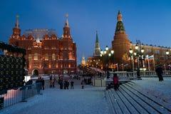 ΜΟΣΧΑ, ΡΩΣΙΑ - 10 Ιανουαρίου 2016 Άποψη του Κρεμλίνου και του ιστορικού μουσείου από την πλατεία Manezh τη νύχτα Στοκ Φωτογραφία