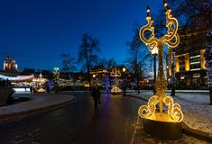 ΜΟΣΧΑ, ΡΩΣΙΑ - 10 Ιανουαρίου 2018 ελαφριά εγκατάσταση στο ταξίδι φεστιβάλ στα Χριστούγεννα στο τετράγωνο επαναστάσεων Στοκ φωτογραφία με δικαίωμα ελεύθερης χρήσης