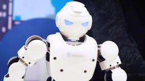 ΜΟΣΧΑ, ΡΩΣΙΑ - 25 ΙΑΝΟΥΑΡΊΟΥ 2018: Χορός ρομπότ Humanoid Κλείστε του έξυπνου χορού ρομπότ παρουσιάζει Απόδοση ρομπότ χορού απόθεμα βίντεο