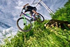 ΜΟΣΧΑ, ΡΩΣΙΑ - 6 ΙΟΥΛΊΟΥ 2017: Άλμα και μύγα σε ένα ποδήλατο βουνών Στοκ εικόνα με δικαίωμα ελεύθερης χρήσης