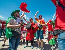 ΜΟΣΧΑ, ΡΩΣΙΑ - 20 ΙΟΥΝΊΟΥ: ανεμιστήρες του Μαρόκου και της Πορτογαλίας στο Παγκόσμιο Κύπελλο της FIFA της Ρωσίας το 2018, πριν απ Στοκ Φωτογραφία