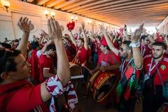 ΜΟΣΧΑ, ΡΩΣΙΑ - 20 ΙΟΥΝΊΟΥ: ανεμιστήρες του Μαρόκου και της Πορτογαλίας στο Παγκόσμιο Κύπελλο της FIFA της Ρωσίας το 2018, πριν απ Στοκ εικόνα με δικαίωμα ελεύθερης χρήσης