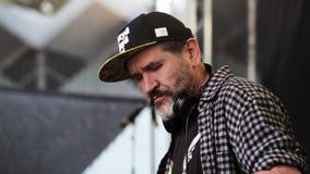 ΜΟΣΧΑ, ΡΩΣΙΑ - 6 ΙΟΥΝΊΟΥ 2015: Παππούς DJ Eldery στην επιτροπή του DJ απόθεμα βίντεο