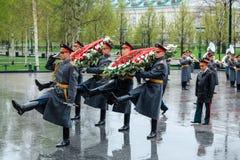 ΜΟΣΧΑ, ΡΩΣΙΑ - 8 ΜΑΐΟΥ 2017: Γενικός του στρατού VALERY GERASIMOV και Collegium του ΥΠΟΥΡΓΕΙΟΥ ΑΜΥΝΑΣ έβαλε ένα στεφάνι Στοκ Φωτογραφίες