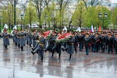 ΜΟΣΧΑ, ΡΩΣΙΑ - 8 ΜΑΐΟΥ 2017: Γενικός του στρατού VALERY GERASIMOV και Collegium του ΥΠΟΥΡΓΕΙΟΥ ΑΜΥΝΑΣ έβαλε ένα στεφάνι Στοκ Εικόνες