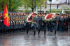 ΜΟΣΧΑ, ΡΩΣΙΑ - 8 ΜΑΐΟΥ 2017: Γενικός του στρατού VALERY GERASIMOV και Collegium του ΥΠΟΥΡΓΕΙΟΥ ΑΜΥΝΑΣ έβαλε ένα στεφάνι Στοκ εικόνα με δικαίωμα ελεύθερης χρήσης