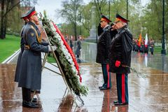ΜΟΣΧΑ, ΡΩΣΙΑ - 8 ΜΑΐΟΥ 2017: Γενικός του στρατού VALERY GERASIMOV και Collegium του ΥΠΟΥΡΓΕΙΟΥ ΑΜΥΝΑΣ έβαλε ένα στεφάνι Στοκ εικόνες με δικαίωμα ελεύθερης χρήσης