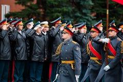 ΜΟΣΧΑ, ΡΩΣΙΑ - 8 ΜΑΐΟΥ 2017: Γενικός του στρατού VALERY GERASIMOV και Collegium του ΥΠΟΥΡΓΕΙΟΥ ΑΜΥΝΑΣ έβαλε ένα στεφάνι Στοκ φωτογραφία με δικαίωμα ελεύθερης χρήσης