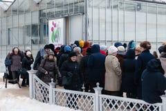 ΜΟΣΧΑ, ΡΩΣΙΑ - 12 ΜΑΡΤΊΟΥ 2018: Μια γραμμή από τους επισκέπτες της πρόβας ` ανοίξεων έκθεσης ` στο ` Aptekarsky ogorod ` Στοκ Εικόνες