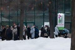 ΜΟΣΧΑ, ΡΩΣΙΑ - 12 ΜΑΡΤΊΟΥ 2018: Μια γραμμή από τους επισκέπτες της πρόβας ` ανοίξεων έκθεσης ` στο ` Aptekarsky ogorod ` Στοκ φωτογραφία με δικαίωμα ελεύθερης χρήσης