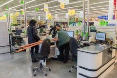 ΜΟΣΧΑ, ΡΩΣΙΑ - 14 ΜΑΡΤΊΟΥ: Οι άνθρωποι πληρώνουν για τα αγαθά στον έλεγχο στο Leroy Merlin Στοκ Εικόνες