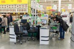 ΜΟΣΧΑ, ΡΩΣΙΑ - 14 ΜΑΡΤΊΟΥ: Οι άνθρωποι πληρώνουν για τα αγαθά στον έλεγχο στο Leroy Merlin Στοκ Φωτογραφίες