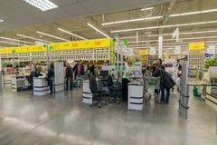 ΜΟΣΧΑ, ΡΩΣΙΑ - 14 ΜΑΡΤΊΟΥ: Οι άνθρωποι πληρώνουν για τα αγαθά στον έλεγχο στο Leroy Merlin Στοκ Φωτογραφία