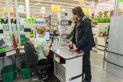 ΜΟΣΧΑ, ΡΩΣΙΑ - 14 ΜΑΡΤΊΟΥ: Οι άνθρωποι πληρώνουν για τα αγαθά στον έλεγχο στο Leroy Merlin Στοκ εικόνα με δικαίωμα ελεύθερης χρήσης