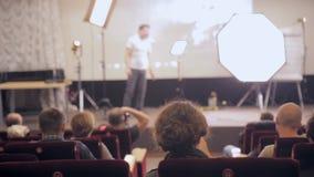 ΜΟΣΧΑ, ΡΩΣΙΑ - 15 ΟΚΤΩΒΡΊΟΥ 2016: Ακροατές και ομιλητής στην επαγγελματική ελαφριά παρουσίαση φιλμ μικρού μήκους