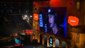 ΜΟΣΧΑ, ΡΩΣΙΑ - 27 ΟΚΤΩΒΡΊΟΥ 2018: Αντίθετη απεργία ΕΠΙΚΕΝΤΡΟΥ: Σφαιρικό δυσάρεστο γεγονός esports Μεγάλη οθόνη με ένα παιχνίδι απόθεμα βίντεο