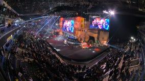 ΜΟΣΧΑ, ΡΩΣΙΑ - 27 ΟΚΤΩΒΡΊΟΥ 2018: Αντίθετη απεργία ΕΠΙΚΕΝΤΡΟΥ: Σφαιρικό δυσάρεστο γεγονός esports Κύριο στάδιο με μια μεγάλη οθόν απόθεμα βίντεο