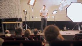 ΜΟΣΧΑ, ΡΩΣΙΑ - 15 ΟΚΤΩΒΡΊΟΥ 2016: Ο ομιλητής παρουσιάζει τα προϊόντα, ακροατές στο σεμινάριο, παρουσίαση σε ένα άκουσμα αιθουσών  απόθεμα βίντεο