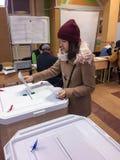 ΜΟΣΧΑ, ΡΩΣΙΑ - 18 ΣΕΠΤΕΜΒΡΊΟΥ 2016: Ο ψηφοφόρος βάζει την ψήφο ι Στοκ Φωτογραφίες