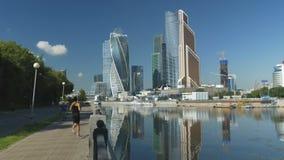ΜΟΣΧΑ, ΡΩΣΙΑ, στις 16 Αυγούστου 2017: Διεθνές εμπορικό κέντρο της Μόσχας Άποψη από το ανάχωμα του Μόσχα-ποταμού απόθεμα βίντεο