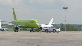 ΜΟΣΧΑ, ΡΩΣΙΑ στις 30 Μαΐου 2017: Η μετακίνηση των αεροσκαφών και των αλεσμένων υπηρεσιών στον αερολιμένα Domodedovo Το αεροπλάνο φιλμ μικρού μήκους
