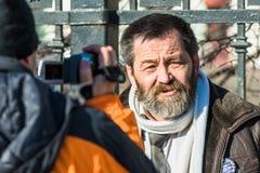 Πολικός κρατούμενος Sergei Mokhnatkin που περνά από συνέντευξη στο στύλο Στοκ φωτογραφία με δικαίωμα ελεύθερης χρήσης