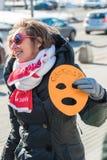 Το ενεργό στέλεχος κρατά τη μάσκα, το σύμβολο της ταραχής γατών στο στύλο στο φ Στοκ Εικόνες