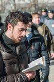 Το Dmitry Enteo, ορθόδοξο ενεργό στέλεχος, διαβάζει τη Βίβλο μεγαλοφώνως στο στύλο Στοκ Φωτογραφίες
