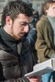 Το Dmitry Enteo, ορθόδοξο ενεργό στέλεχος, διαβάζει τη Βίβλο μεγαλοφώνως Στοκ Εικόνα