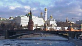 ΜΟΣΧΑ, ΡΩΣΙΑ, στις 11 Φεβρουαρίου 2017: Μόσχα Κρεμλίνο, ένα ιστορικό κτήριο στην κεντρική Μόσχα Αποβάθρα του ποταμού, η γέφυρα απόθεμα βίντεο