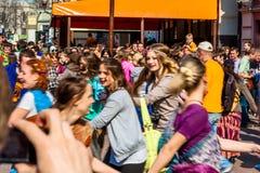 Νεολαία που χορεύει σε παλαιό Arbat στη Μόσχα Στοκ Φωτογραφία