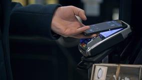 ΜΟΣΧΑ, ΡΩΣΙΑ - 21 ΦΕΒΡΟΥΑΡΊΟΥ 2016: Ανέπαφη πληρωμή με το smartphone σας Πληρωμή με μια συσκευή smartphone στο α απόθεμα βίντεο