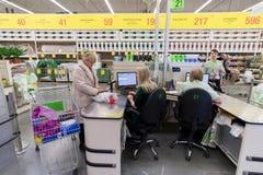 ΜΟΣΧΑ, ΡΩΣΙΑ - 15 ΦΕΒΡΟΥΑΡΊΟΥ: Οι άνθρωποι πληρώνουν για τα αγαθά Στοκ Φωτογραφίες
