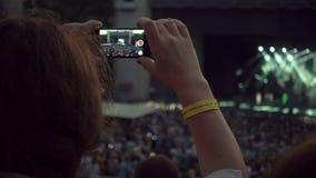 ΜΟΣΧΑ, ΡΩΣΙΑ, JULE 15, 2016: Συναυλία μουσικής πυροβολισμού γυναικών στην κινητή τηλεφωνική κάμερα απόθεμα βίντεο