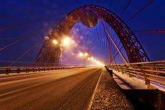 ΜΟΣΧΑ, ΡΩΣΙΚΉ ΟΜΟΣΠΟΝΔΊΑ - 4.2016 Νοεμβρίου: Γραφική γέφυρα πέρα από τον ποταμό Είναι το πρώτο καλώδιο-μένοντας μέσα, ανοιγμένος  Στοκ Εικόνα