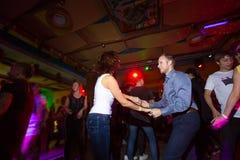 ΜΟΣΧΑ, ΡΩΣΙΚΉ ΟΜΟΣΠΟΝΔΊΑ - 13 ΟΚΤΩΒΡΊΟΥ 2018: Ένα μέσης ηλικίας ζεύγος, ένας άνδρας και μια γυναίκα, salsa χορού μεταξύ ενός πλήθ στοκ φωτογραφία με δικαίωμα ελεύθερης χρήσης