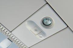ΜΟΣΧΑ, ΣΤΙΣ 12 ΙΟΥΛΊΟΥ 2010: Άποψη σχετικά με τη τοπ ελαφριά επιτροπή επιβατών ` s με το διακόπτη επάνω από τα καθίσματα επιβατών Στοκ Εικόνες