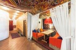 ΜΟΣΧΑ - ΤΟΝ ΑΎΓΟΥΣΤΟ ΤΟΥ 2014: Εσωτερικό ανατολικό εστιατόριο σαλονιών Chaihana σε ένα παραδοσιακό ύφος στοκ φωτογραφία