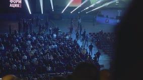 ΜΟΣΧΑ - 19 ΦΕΒΡΟΥΑΡΊΟΥ: Άποψη της σκηνής με τους προβολείς και σύνολο αιθουσών ακροατηρίων των ανθρώπων απόθεμα βίντεο