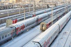 ΜΟΣΧΑ, FEB 01, 2018: Η χειμερινή άποψη σχετικά με τον επιβάτη σιδηροδρόμων προγυμνάζει τα αυτοκίνητα στην αποθήκη τρόπων ραγών κά Στοκ εικόνα με δικαίωμα ελεύθερης χρήσης
