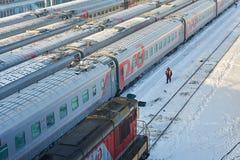 ΜΟΣΧΑ, FEB 01, 2018: Ρωσικά λεωφορεία επιβατών σιδηροδρόμων στην αποθήκη τρόπων ραγών Ο εργαζόμενος συντήρησης στέκεται πλησίον σ Στοκ Εικόνες
